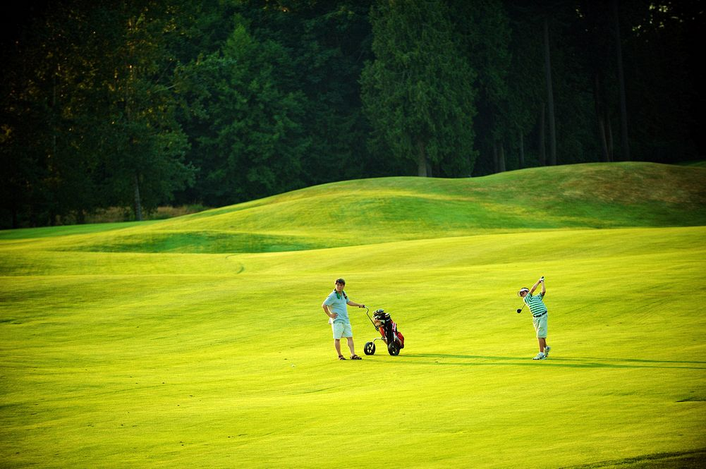 redwoods couple play golf